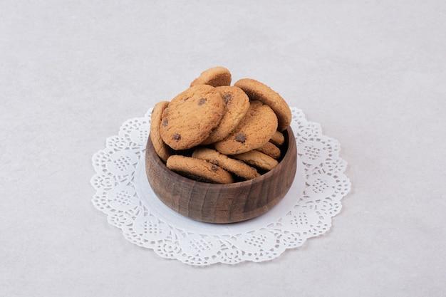 Viele süße kekse auf holzteller