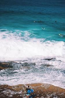 Viele surfer im ozean