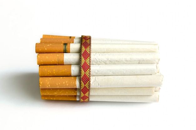 Viele tabakzigaretten mit einem seil gebunden