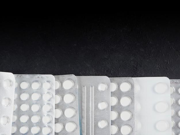 Viele tabletten in einer blisterpackung, nasenspray, papiertaschentücher.