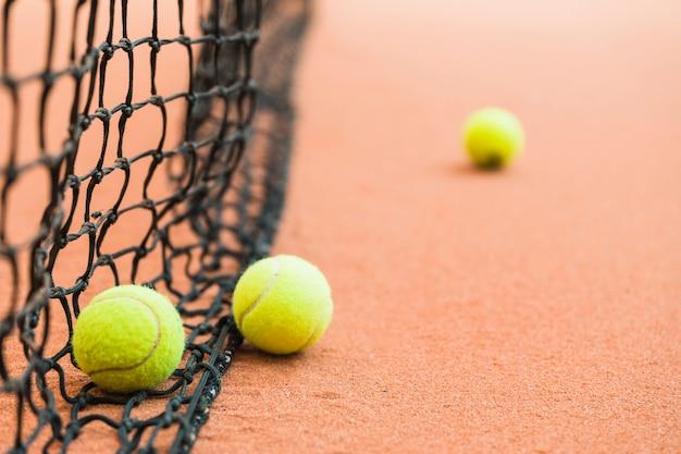 Viele tennisbälle auf netz