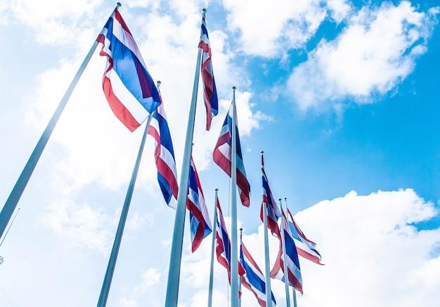 Viele thailand flagge am blauen himmel