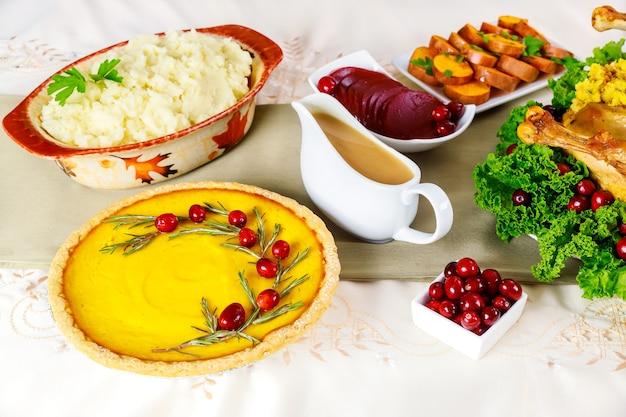 Viele traditionelle gerichte auf dem tisch zum erntedankfest.