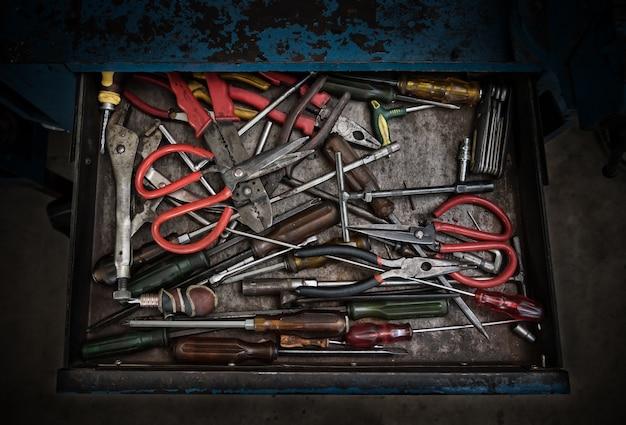 Viele verschiedene arbeiten alte werkzeuge in blau groll stahl schublade