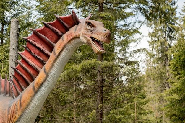 Viele verschiedene dinosaurier im park.