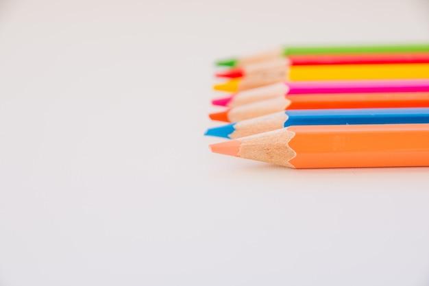 Viele verschiedene farben bleistifte. set mehrfarbige federn. zeichnen, kreativität