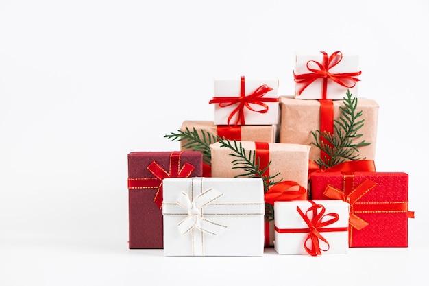 Viele verschiedene geschenke auf einem weißen hintergrund. weihnachtskonzept.