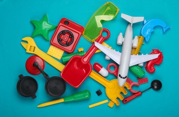 Viele verschiedene kinderspielzeuge auf blau