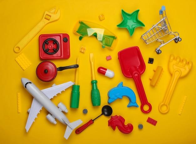 Viele verschiedene kinderspielzeuge auf einem gelb