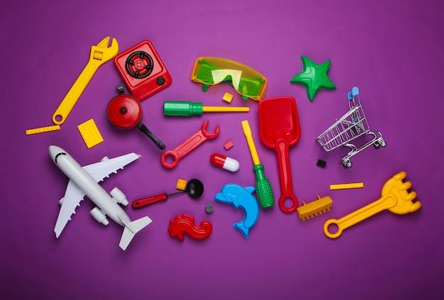 Viele verschiedene kinderspielzeuge auf lila