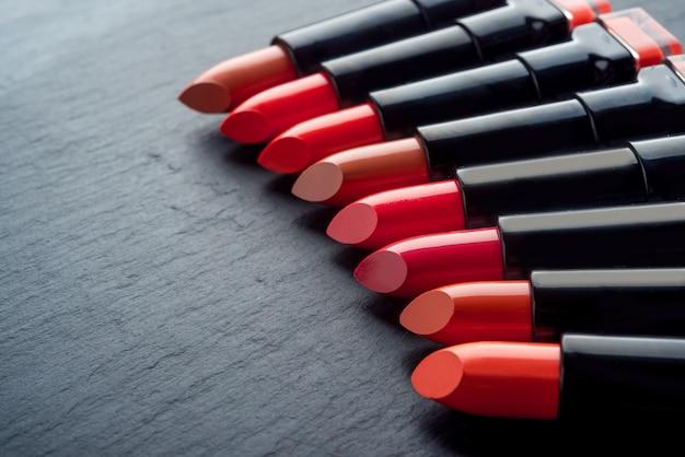 Viele verschiedene lippenstifte, verschiedene farben