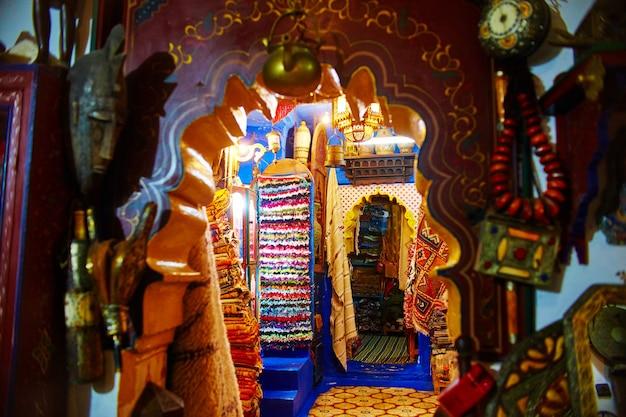 Viele verschiedene souvenirs und geschenke auf den straßen