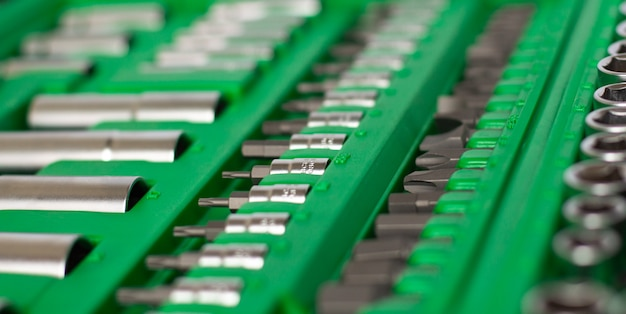 Viele verschiedene werkzeuge in der grünen box