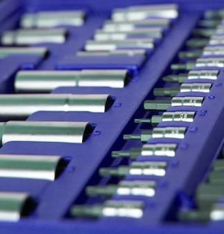Viele verschiedene werkzeuge in der violetten schachtel. werkzeuge für heimarbeiter, fabrikarbeiter, automechaniker und andere arbeiten.