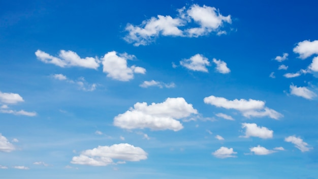 Viele verschwommene weiße wolken auf dem schönen blauen himmel zur verwendung als hintergrundbild.
