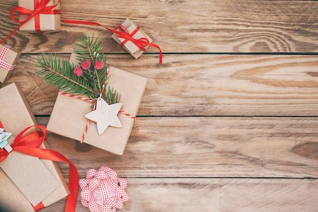 Viele weihnachtsgeschenkboxen auf hölzernem hintergrund.