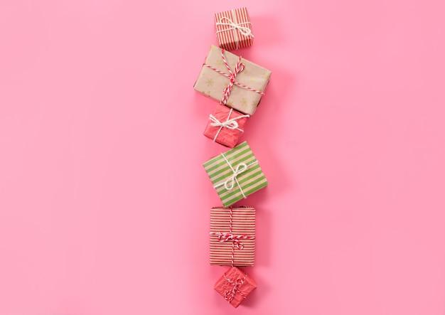 Viele weihnachtsgeschenke auf rosa hintergrund.