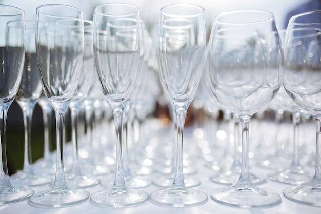 Viele weingläser mit einem kühlen leckeren champagner oder weißwein beim event catering