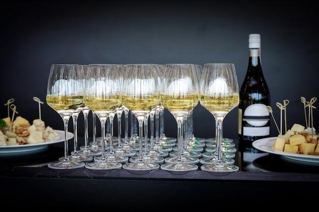 Viele weingläser mit einem kühlen leckeren champagner