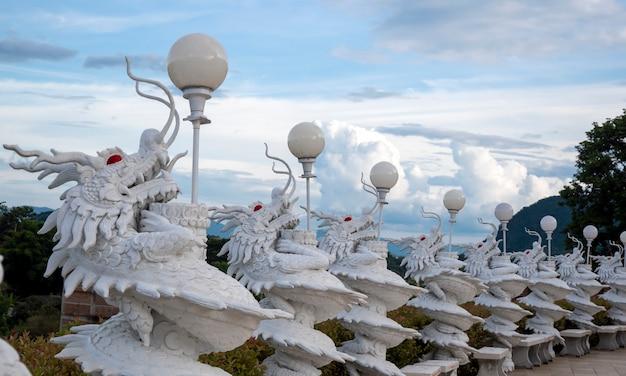 Viele weiße chinesische drachen