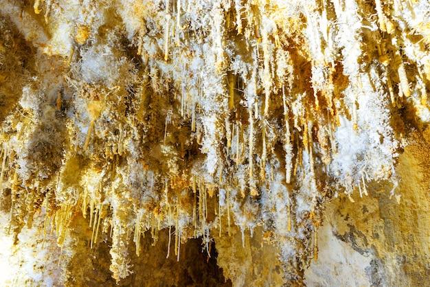 Viele weiße stalaktiten in einer wunderschönen alten höhle. grotte di is zuddas, italien, sardinien