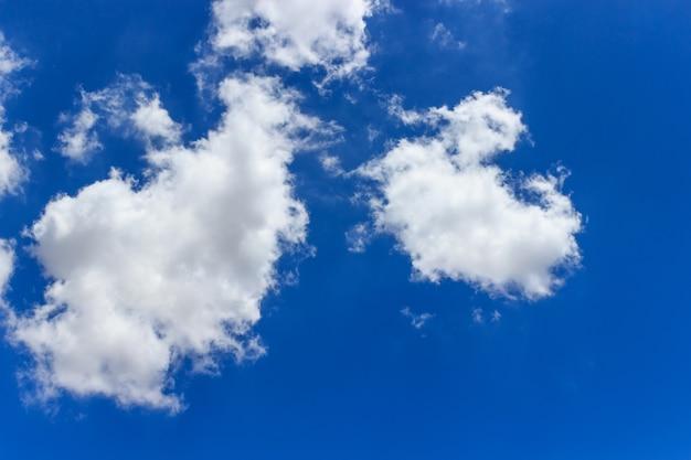 Viele wolken am blauen himmel