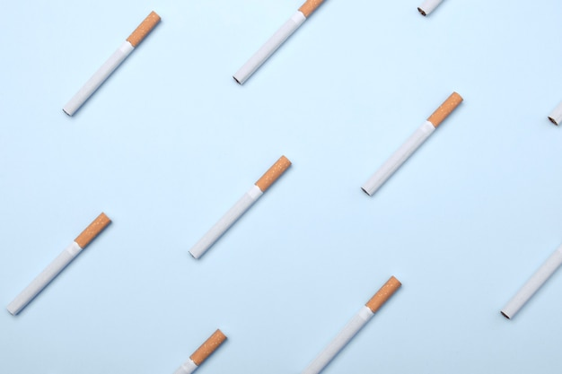 Viele zigaretten auf blau