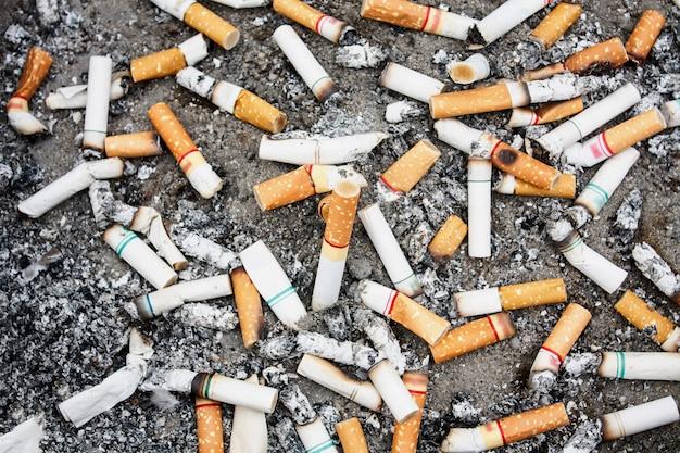 Viele zigarettenkippen im aschenbecher