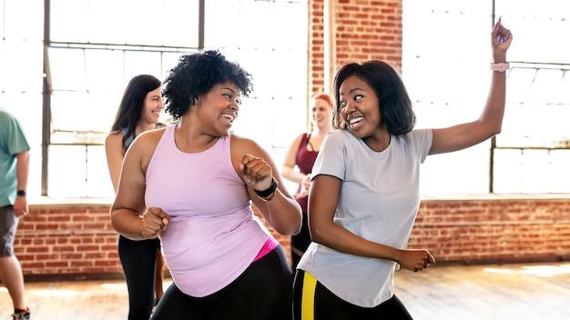 Vielfältige menschen in einem aktiven tanzkurs