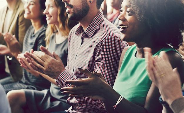 Vielfältige personengruppe in einem seminar