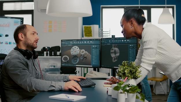 Vielfältiges team von ingenieurarchitekten, die an einem modernen cad-programm arbeiten