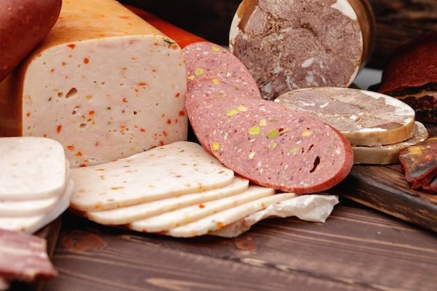 Vielfalt an fleisch- und wurstwaren auf dem tisch