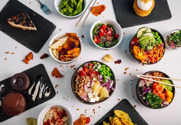 Vielfalt an gesunden und leckeren poke-becken auf dem restauranttisch