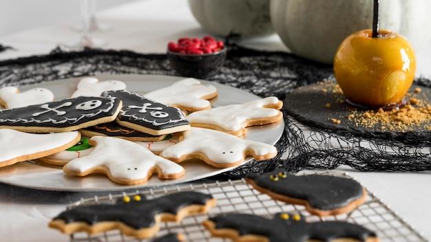Vielfalt an leckereien für halloween auf dem tisch