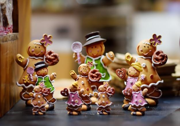 Vielfalt der lebkuchenmänner auf typisch europäischem bauernmarkt