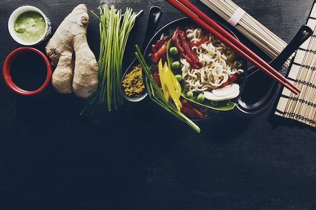Vielfalt verschiedene zutaten für das kochen leckere orientalische asiatische nahrung. draufsicht mit kopierraum. dunkler hintergrund über.