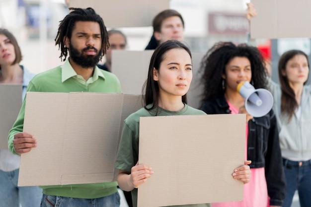 Vielfalt von menschen, die zusammen protestieren