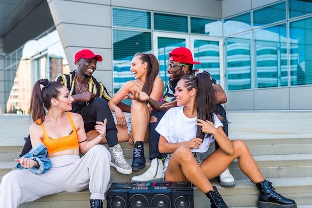 Vielpunktgruppe der hip-hop-crew tanzt