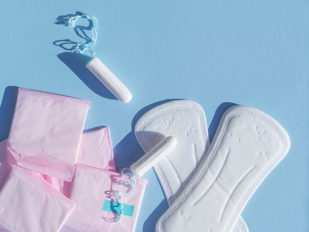 Vielzahl der draufsicht der weiblichen menstruationshygiene