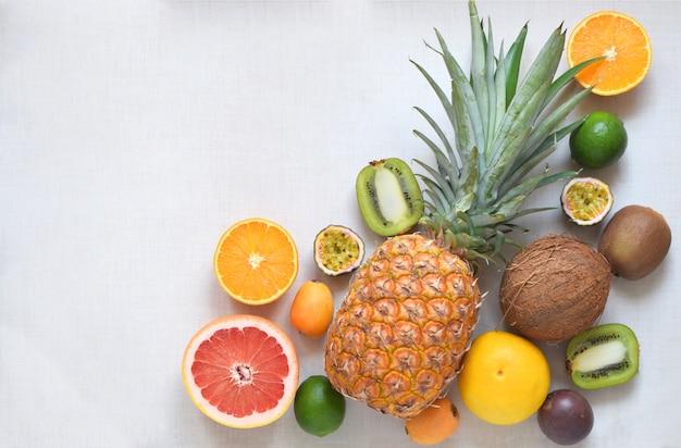 Vielzahl der tropischen früchte auf weißem hintergrund