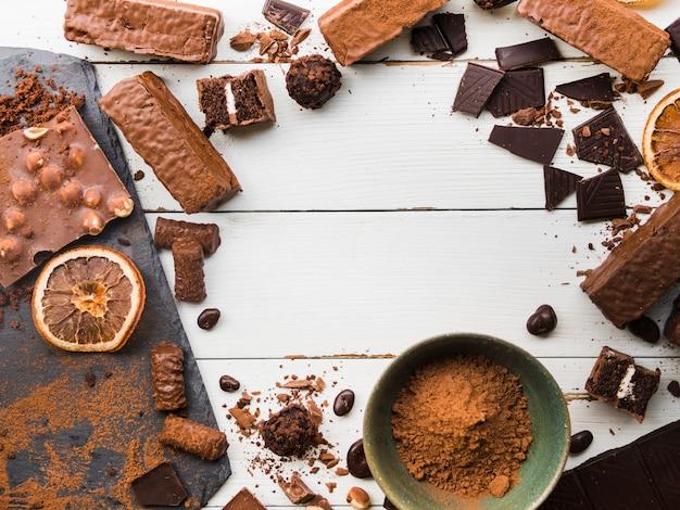 Vielzahl der zerstreuten bonbons und der schokoladen