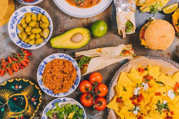 Vielzahl des bunten mexikanischen küchefrühstücktellers rustikalen hintergrund