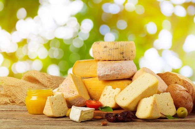 Vielzahl des käses schreibt zusammensetzung auf hölzernem brett