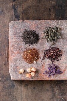 Vielzahl des trockenen tees mit teekanne