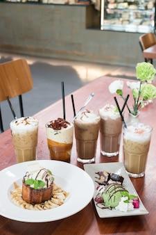 Vielzahl gefrorener kaffee trinkt auf holztisch