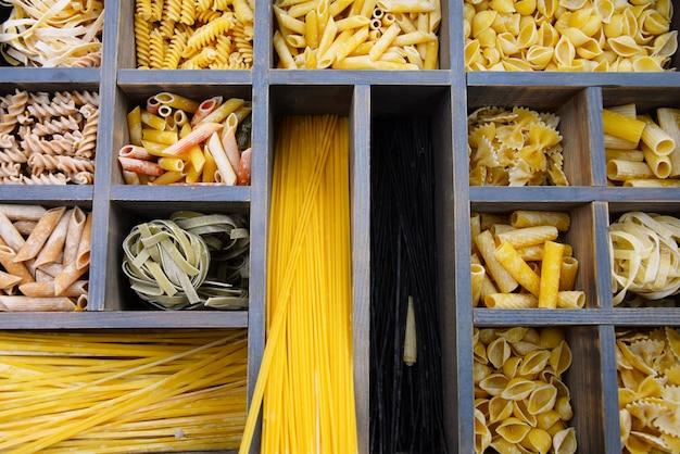 Vielzahl von arten, farben und formen der italienischen pasta. trockene nudeln, nahaufnahme