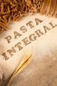 Vielzahl von arten und formen trockener italienischer integraler nudeln