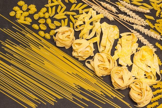 Vielzahl von arten und formen trockener italienischer nudeln