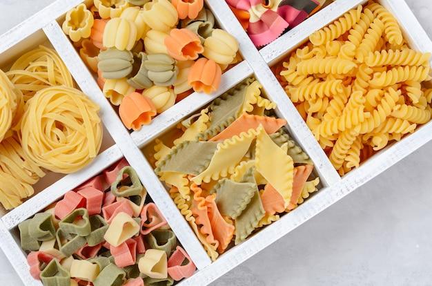 Vielzahl von arten und formen von rohen italienischen nudeln.