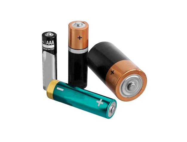 Vielzahl von batterien isoliert auf weißer oberfläche.